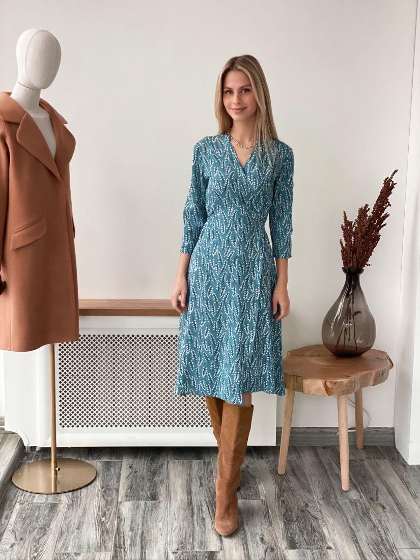 s3071 Платье с запахом голубое с веточками