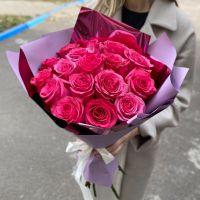 17 малиновых роз в красивой упаковке
