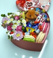 Коробочка с макаронс и сладостями микс