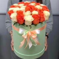35 бело-оранжевых роз в шляпной коробке