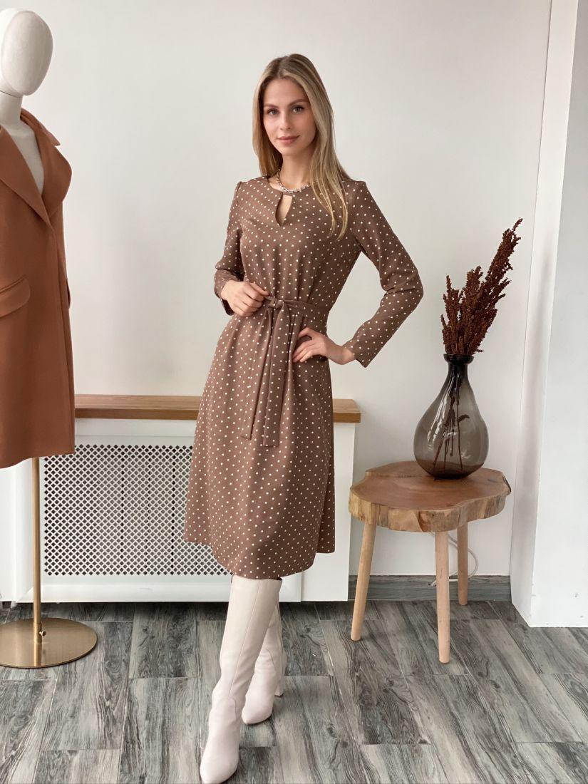 s3076 Платье с фигурным вырезом бежевое в горох