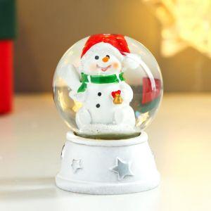 """Сувенир полистоун водяной шар """"Снеговик в красном колпаке, с подарком"""" d=4,5 см 6х4,5х4,5 см   48386"""
