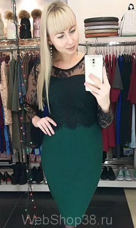 Облегающее платье изумрудного цвета с черным кружевом