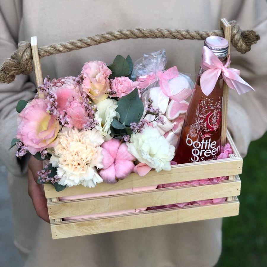 Ящик с цветами, лимонадом и маршмеллоу