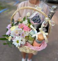 Подарочная корзина с цветами, макаронс и голубикой