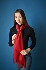 тёплый шарф с кистями 100% шерсть мериноса,  расцветка  Классический Алый 100% Ultrafine Merino Wool Classic Red , средняя плотность 5
