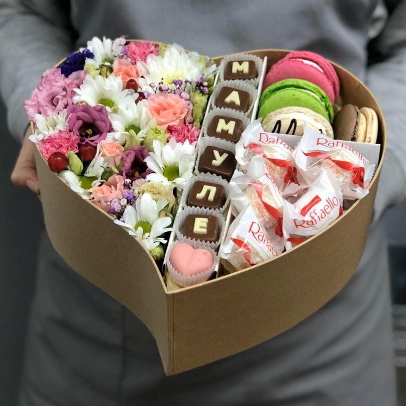 """Коробочка с цветами и шоколадными буквами """"Мамуле"""""""