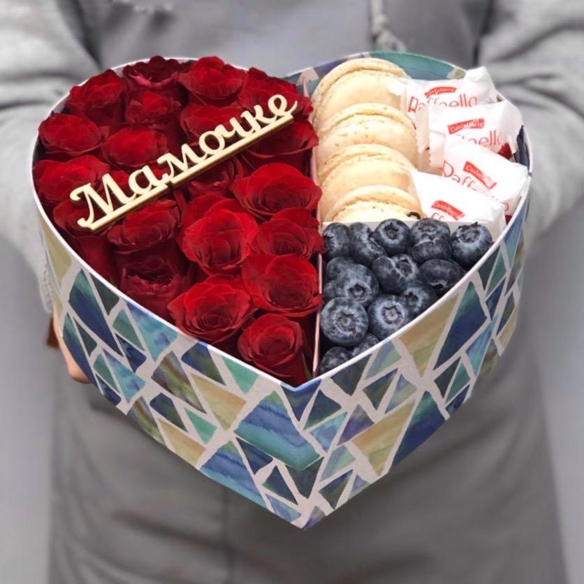 Коробочка с розами, макаронс, рафаэлло и голубикой