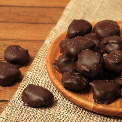 Чернослив с миндалем в темном шоколаде