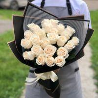 25 белых роз 50 см в черной упаковке