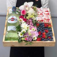 Подарочный бокс с цветами, ягодами и рафаэлло