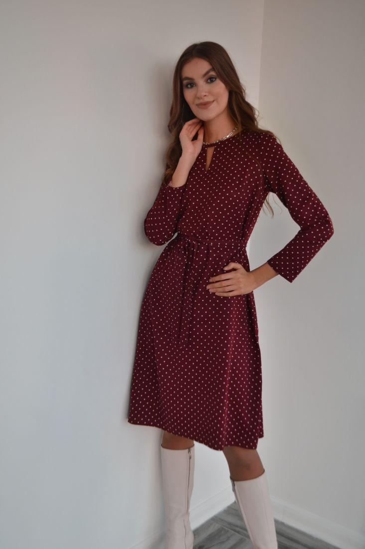 s3213 Платье с фигурной горловиной бордовое в горох
