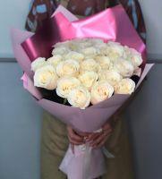 25 белых роз в стильной упаковке