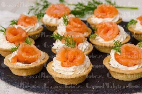 Тарталетки со слабосоленым лососем, сливочным сыром, корнишонами и маслинами(10 шт)