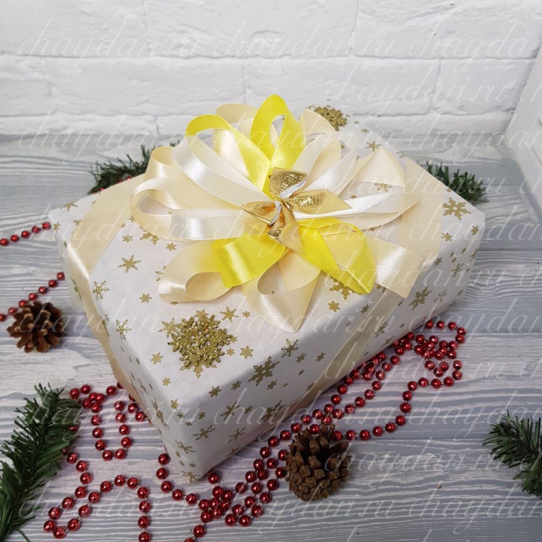 """Коробка с чаем и сладостями """"Золотые снежинки"""""""