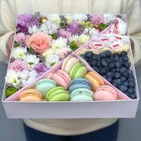 Подарочный бокс с цветами, макаронс, рафаэлло и голубикой