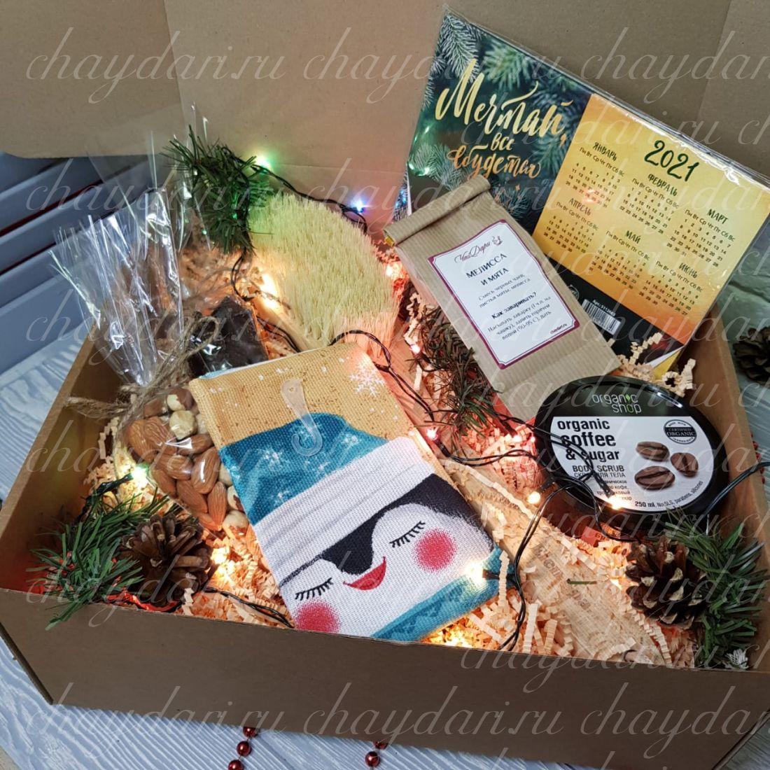 """Новогодний набор с чаем, орехами, скрабом и массажной щеткой """"Спа набор на Новый год"""""""