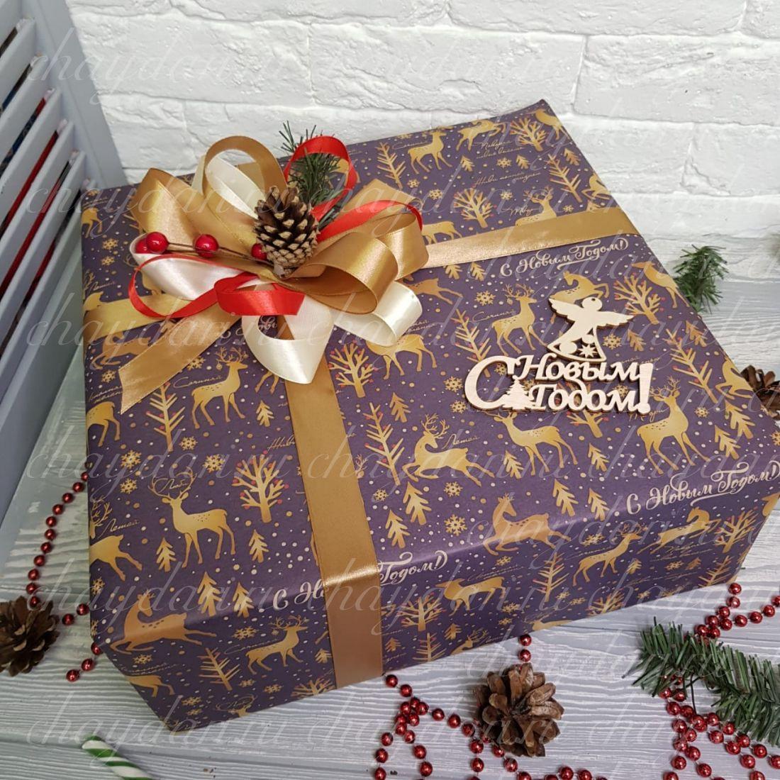 """Новогодний набор с чаем, орехами, медом и сладостями """"Роскошный на Новый год"""""""