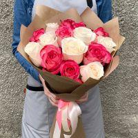 15 бело-розовых роз в крафт бумаге