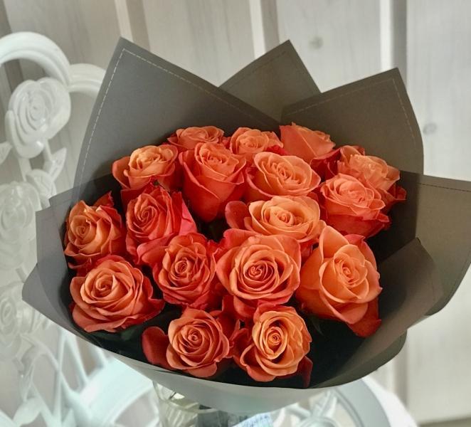 17 оранжевых роз в красивой упаковке