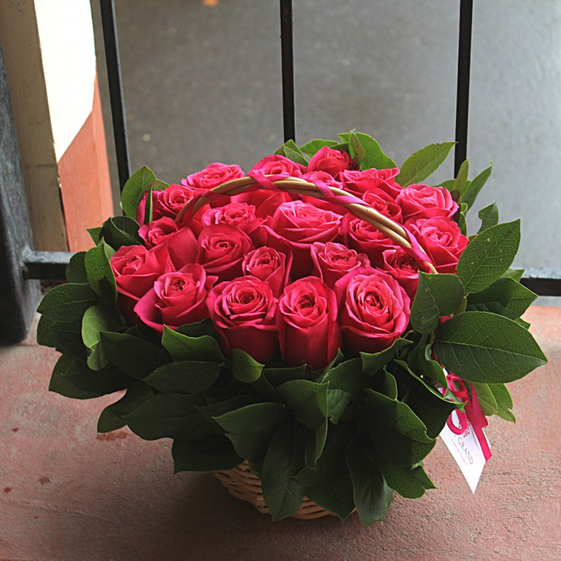 25 кенийских роз в корзине с зеленью