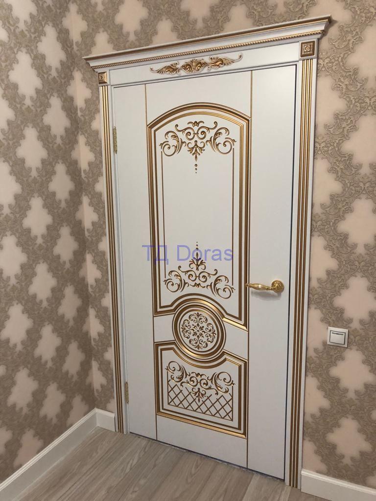 """Межкомнатна дверь """"Гемера"""" массив в ПВХ покрытии, цвет белый лед, глухая патина золото + лепнина"""