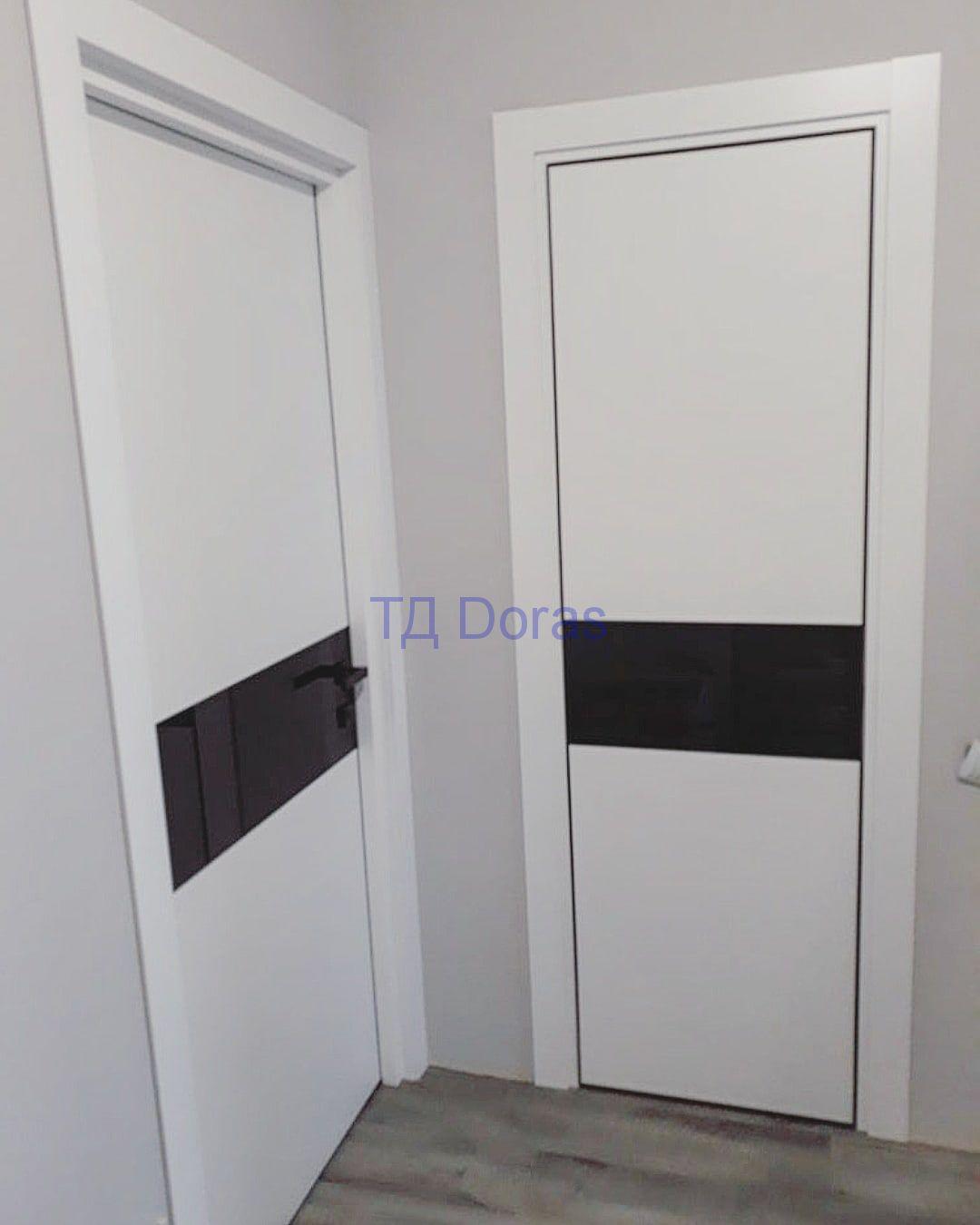 """Межкомнатная дверь """"Оскар"""" массив в ПВХ, цвет белый софт, стекло черный лакобель"""