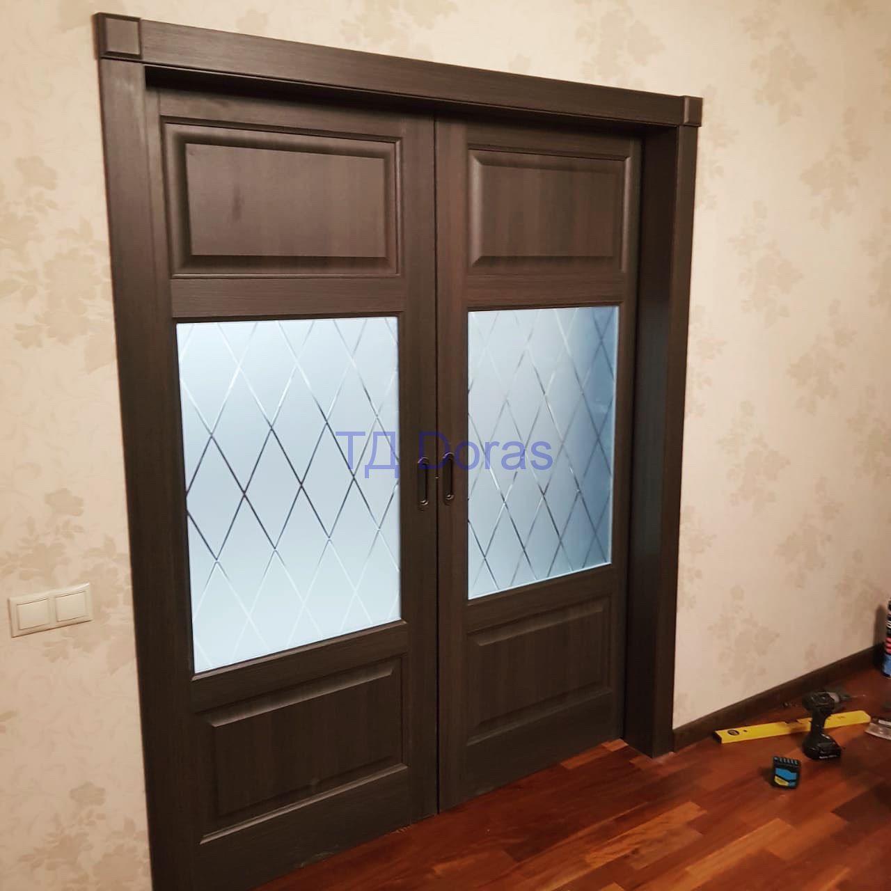 """Межкомнатна дверь """"Ева 5"""" массив в ПВХ покрытии ПВХ, цветДуб с патиной, стекло сатинат белый с гравировкой"""