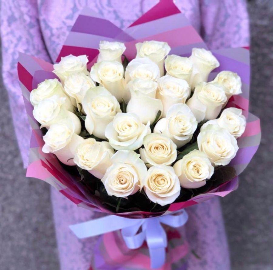 25 белых роз 60 см в красивой упаковке