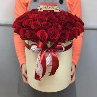 """51 роза в шляпной коробке с топпером """"Маме"""""""