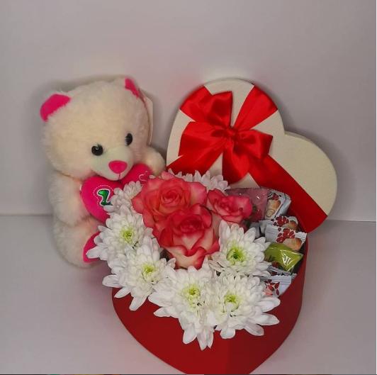 Подарочный набор с цветами и конфетками в коробке сердце, с мягкой игрушкой мишкой
