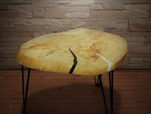 Стол из спила дерева с эпоксидной смолой