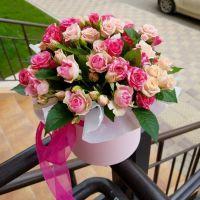 Кустовые розы в шляпной коробке мини