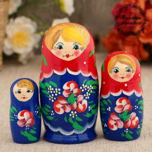 Матрёшка «Красные цветочки», красный платок, 3 кукольная, 9 см
