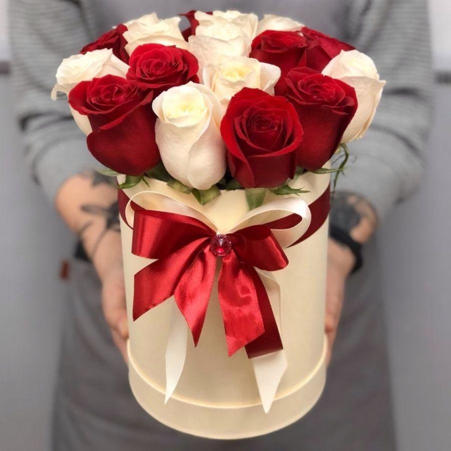 17 бело-красных роз в шляпной коробке