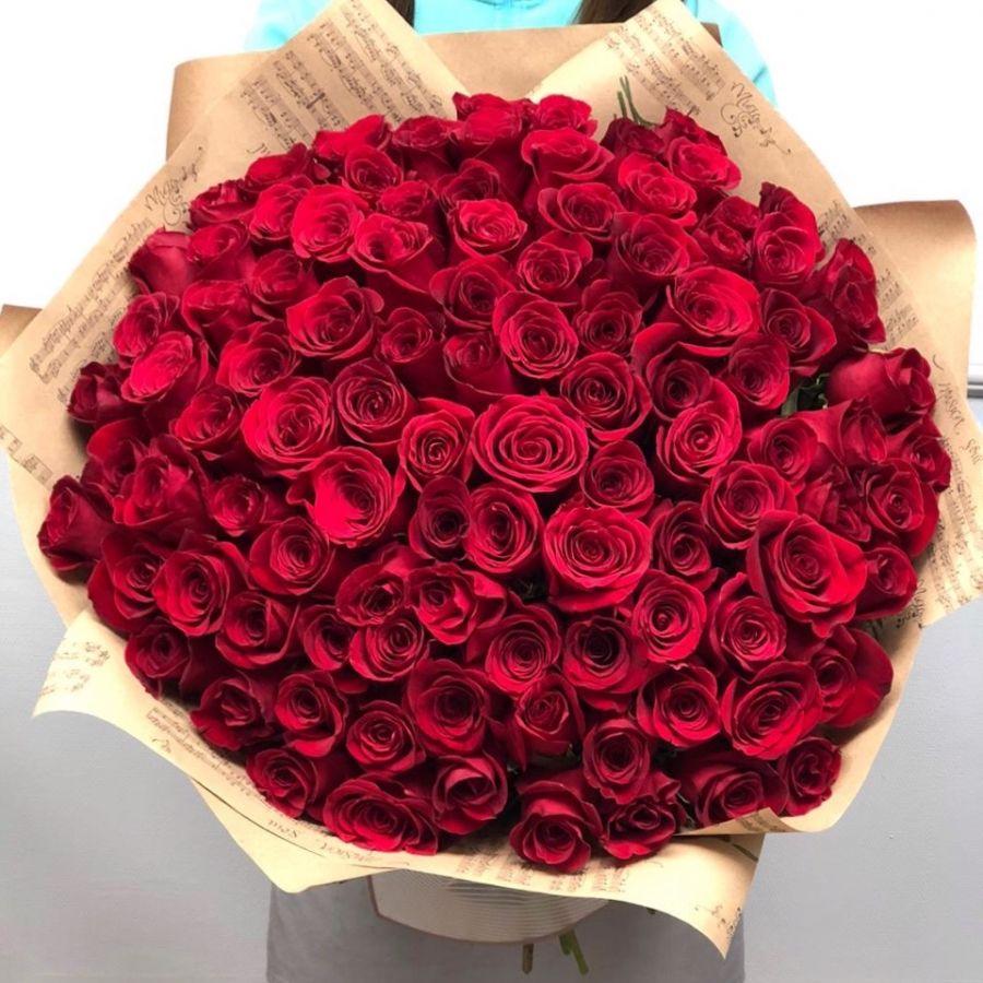 101 красная роза в крафт бумаге