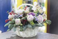 Зимняя композиция из нобилиса и цветов