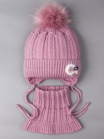 РБ 0021872 Шапка вязаная для девочки с помпоном на завязках, на отвороте цветочек + снуд, тускло-розовый