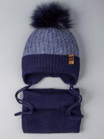 РБ 0022231 Шапка вязаная для мальчика с помпоном на завязках, нашивка super сын + снуд, темно-синий