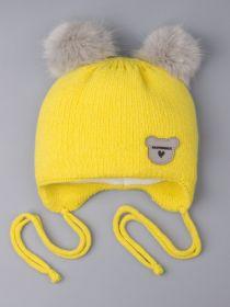 РБ 0024425 Шапка вязаная для девочки с двумя помпонами на завязках, нашивка любимка, желтый