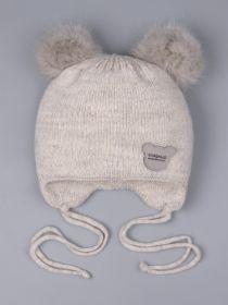 РБ 0023867 Шапка вязаная для мальчика с двумя помпонами на завязках, нашивка сладкий медвежонок, бежевый