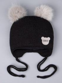 РБ 0023866 Шапка вязаная для мальчика с двумя помпонами на завязках, нашивка сладкий медвежонок, черный