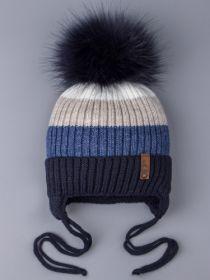 РБ 0024191 Шапка вязаная для мальчика с помпоном на завязках, цветные полосы, на отвороте нашивка, темно-синий