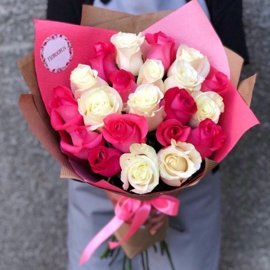 25 бело-розовых роз в красивой упаковке