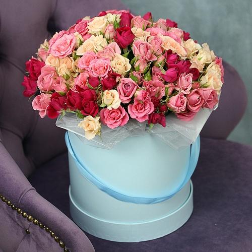 Пышные кустовые розы в шляпной коробке