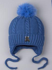 РБ 0023107 Шапка вязаная для мальчика на завязках с помпоном, на отвороте нашивка мишка, синий