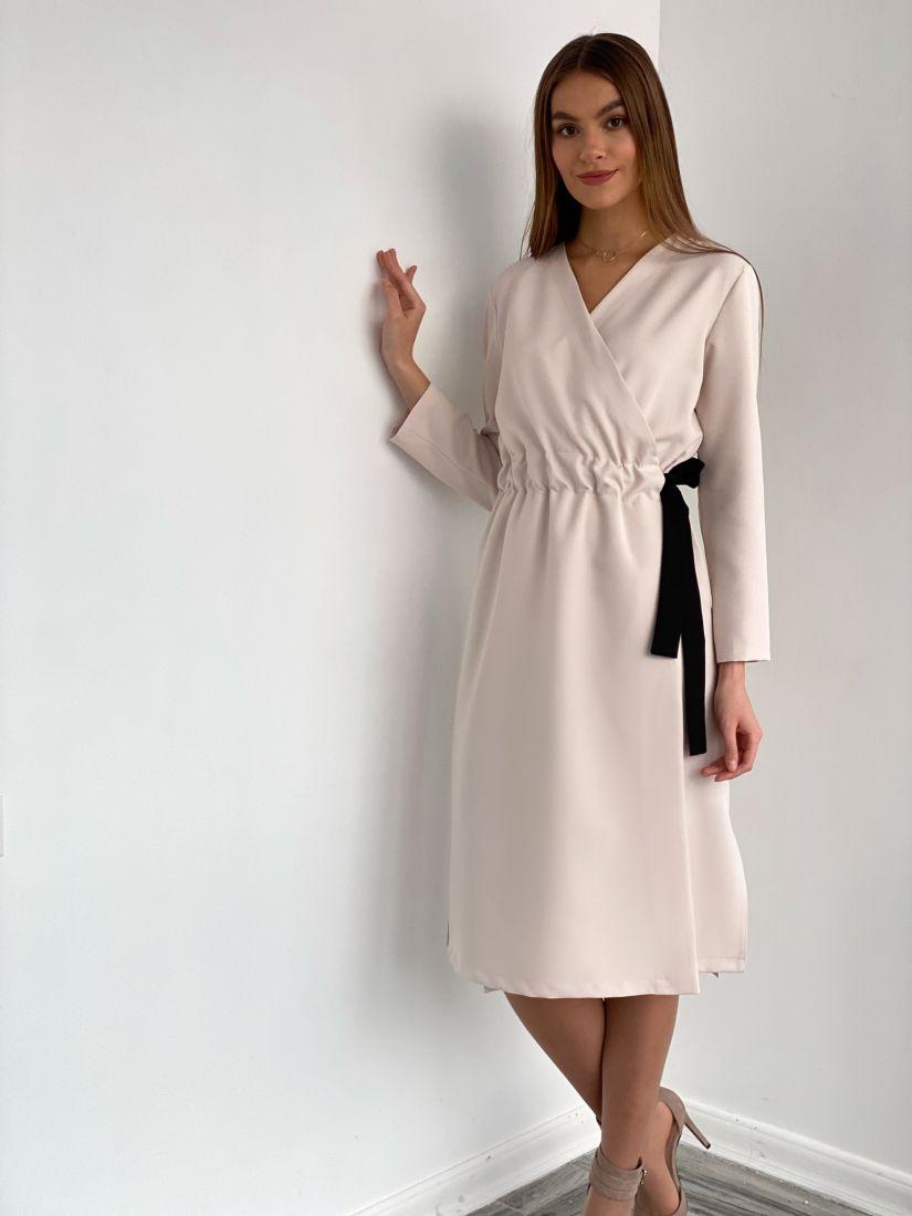 s3639 Платье с запахом и контрастным поясом в молочном цвете