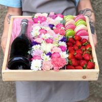 Подарочный бокс c цветами и ягодами