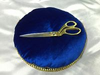 Аренда синей подушки и золотых ножниц
