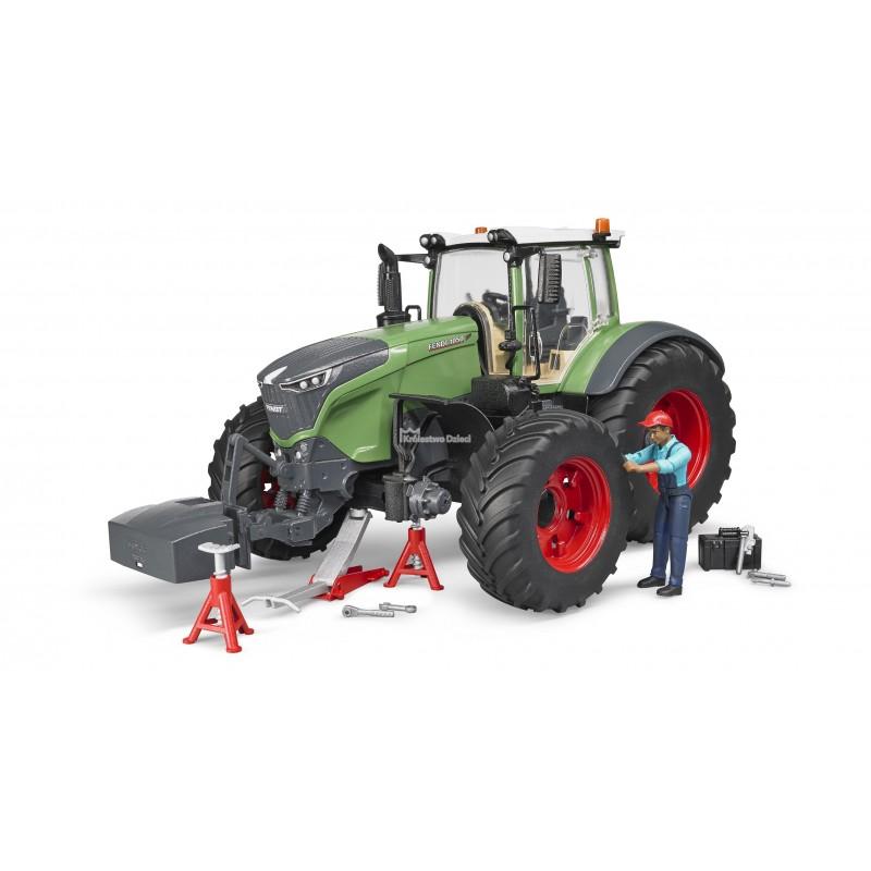 Трактор с инструментами